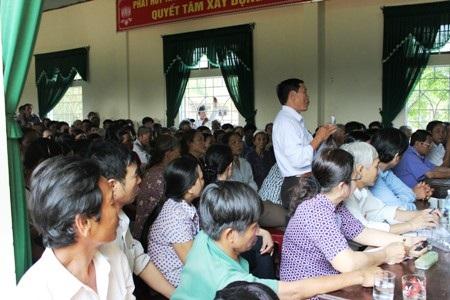 Người dân nêu ý kiến trao đổi với lãnh đạo huyện