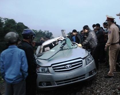 Vụ va chạm khiến xe ô tô bị kéo hơn 100m và bị biến dạng
