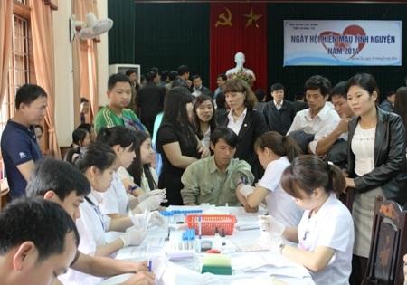 Rất đông cán bộ, đoàn viên đăng ký hiến máu