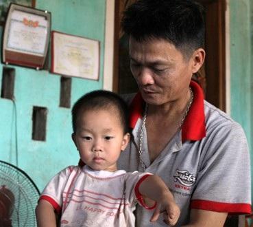 Anh Hải, chị Phương tính bán đi căn nhà đang ở để chữa trị cho 2 con.