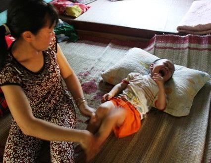 Tiếng khóc đau đớn của con trai khiến chị Phương nao lòng, ruột gan thắt lại