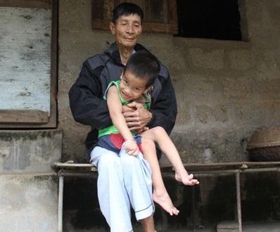 Dù sức khỏe đã yếu dần nhưng cụ Bình phải giúp anh Kiên trông đứa cháu bị bệnh