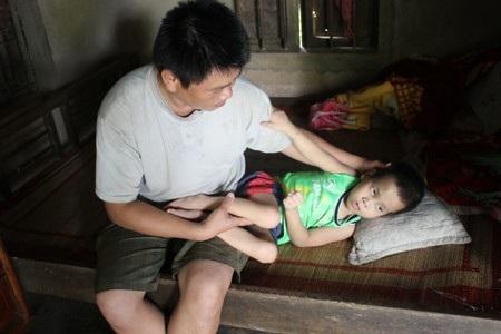 Anh Kiên chỉ ước ao con mình được sống lâu để anh có thời gian kiếm tiền điều trị cho cháu