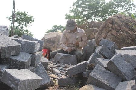 Bao nỗi nhọc nhằn trong cái nghiệp chẻ đá mà người thợ phải trải qua