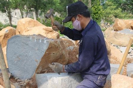 Để có được viên đá vuông vức, đúng yêu cầu, người thợ phải tỉ mẩn trong từng khâu