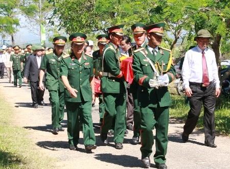 Các cán bộ, chiến sĩ tiếp nhận và đưa hài cốt các liệt sĩ vào nghĩa trang an táng