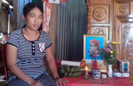 Từ ngày bé Thiện trút hơi thở cuối cùng, vợ chồng anh Thanh trở nên suy sụp, đau đơn đến nghẹn ngào
