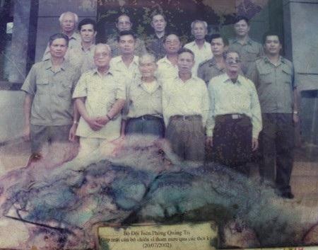 Ông Lê Xuân Vy (đeo kính, bên phải hàng thứ nhất) trong lần gặp mặt các đồng đội