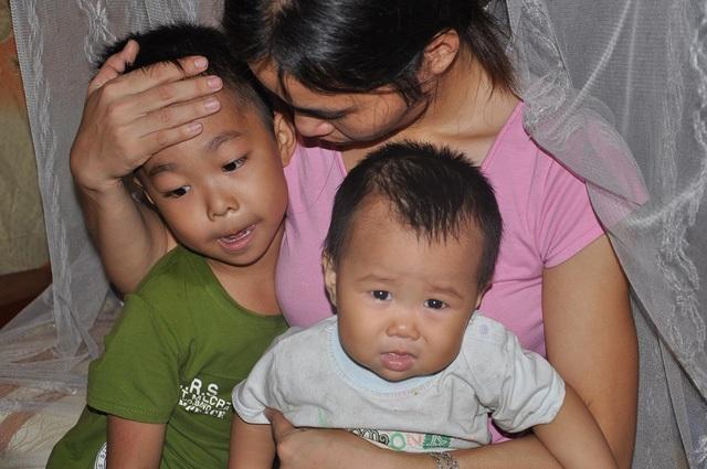 Giờ đây trong ngôi nhà chỉ còn chị Nghĩa ôm 2 con khóc trong đau đớn, vật vã.