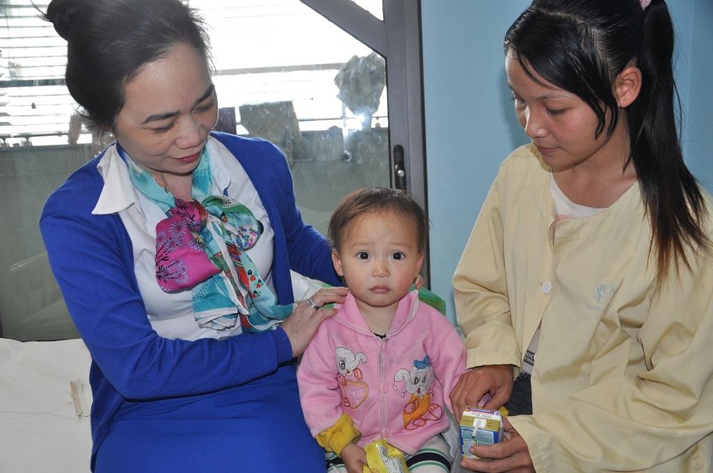 Thạc sĩ Dương Thị Minh Thu - Trưởng phòng Công tác xã hội bệnh viện thăm hỏi tình hình bệnh nhân.