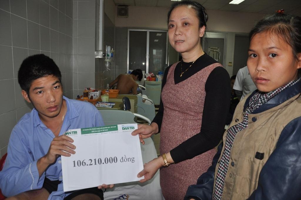 TS Phạm Thị Bích Đào – Phó trưởng phòng Kế hoạch tổng hợp bệnh viện thay mặt trao quà bạn đọc cho bệnh nhân.
