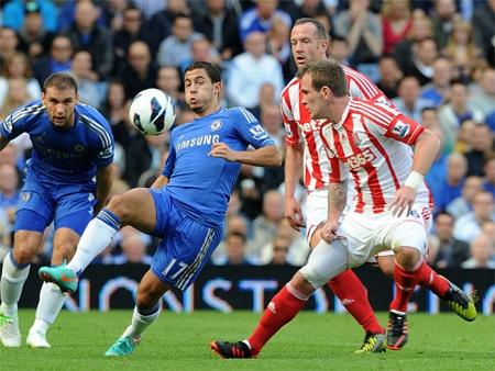 Tiền vệ người Brazil đã không thể phát huy tố chất kỹ thuật trước hàng thủ dày đặc của Stoke