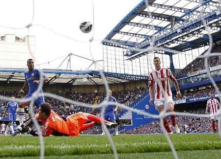 Tưởng chừng Chelsea có một trận hòa đầy bế tắc trước Stoke thì đến phút 85, Cole đã mở tỷ số