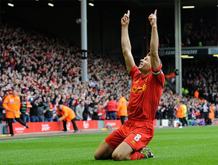 Tại Anfield, dù thi đấu thiếu người nhưng đội chủ nhà vẫn mở được tỷ số trước nhờ công của Gerrard
