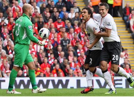 Rafael với cú sút thần sầu đã giúp MU gỡ hòa chỉ 5 phút sau khi Gerrard đưa Liverpool vượt lên