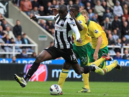 Cũng trong ngày chủ nhật, Demba Ba ghi bàn duy nhất giúp Newcastle vượt qua Norwich