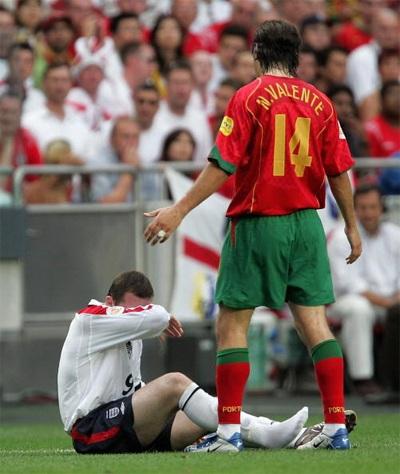 Rooney giúp tuyển Anh có được quả phạt đền trong trận đấu mở màn Euro 2004 với Pháp