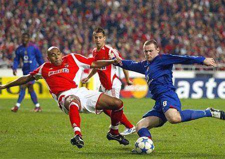 Tiền đạo trẻ mang áo số 8, anh có trận ra mắt Champions League gặp Benfica