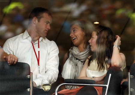 Sau chụp bức ảnh này 11 ngày Rooney cưới vợ vào (12/6/2008)