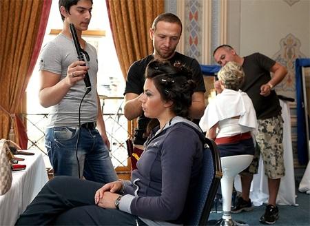Bartoli cần tới 2 chuyên gia làm tóc để cô có được mái đầu như ý