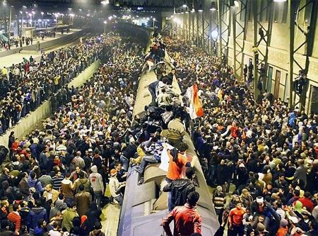 Hàng ngàn người cố gắn thoát khỏi SVĐ đã tràn ra ga tàu điện ngầm tìm cách thoát thân
