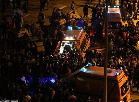 Các cầu thủ Al-Ahly chạy toán loạn, CĐV của họ đã không có sự trợ giúp của cảnh sát để được an toàn