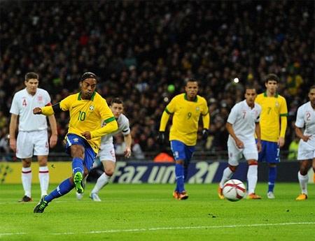 Ronaldinho bỏ lỡ pha ghi bàn từ chấm 11m