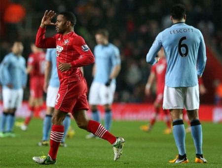 Sai lầm đầu tiên thuộc về Barry, anh để mất bóng giữa sân và khiến Man City bị thủng lưới sớm