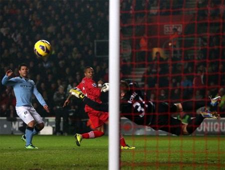 Các cầu thủ Man City buồn bã giao bóng lần thứ 3