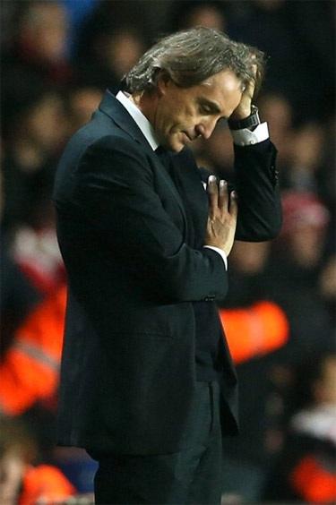 Ông gục bật bất lực khi trận đấu khép lại với chiến thắng 3-1 cho đội chủ nhà