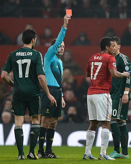 Nani bất ngờ bị thẻ đỏ khi vào bóng cao chân với Aberloa ở phút 56