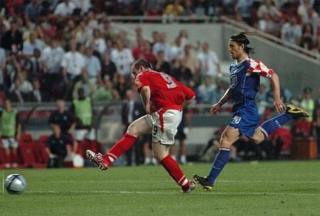 1 năm sau tại, Euro 2004, Rooney cũng thi đấu khá tốt bên cạnh người anh Michael Owen