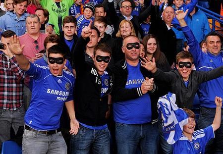 Các CĐV Chelsea với chiếc mặt nạ bắt chước Torres
