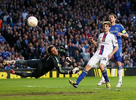 Trước đó, Lampard cũng không có duyên ghi bàn khi anh dứt điểm đập cột bật ra
