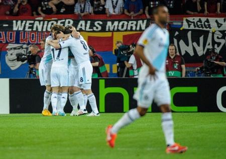 Ivanovic ăn mừng bàn thắng...
