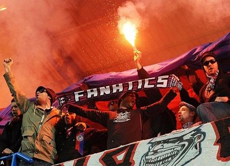 CĐV Basel với màn thị uy bằng pháo sáng ngay tại Stamford Bridge