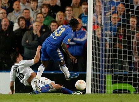 Chỉ 2 phút sau khi Torres ghi bàn, Moses cũng lập công