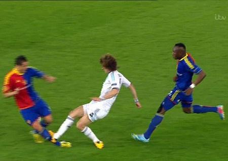 Luiz cũng có pha vào bóng xứng đáng nhận thẻ đỏ