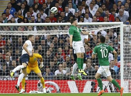Long đã thoải mái đánh đầu trong sự bất lực của hàng thủ tuyển Anh