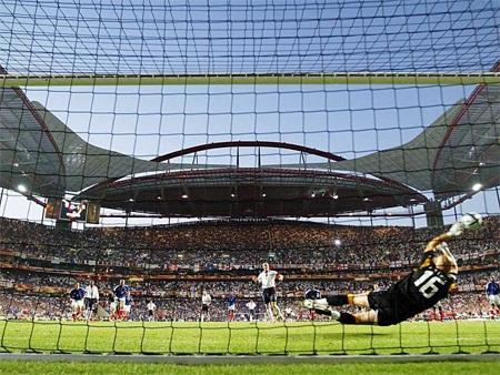 Sự nghiệp quốc tế của Becks bắt đầu có những vết đen. Tại Euro 2004, anh sút hỏng phạt đền