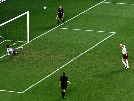 ..Tiếp tục là một quả sút hỏng của tiền vệ đội trưởng tuyển Anh