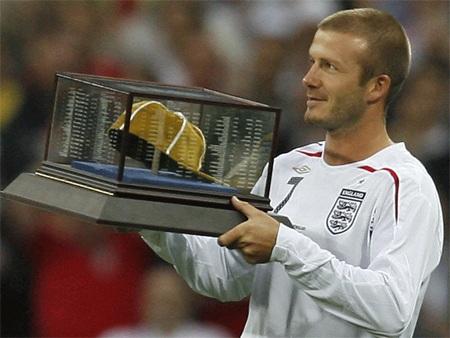Becks vinh dự nhận phần thưởng vinh danh cầu thủ có trên 100 trận đấu cho tuyển quốc gia