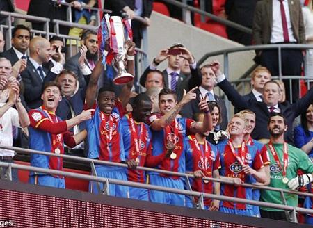 Zaha và chiếc cúp vô địch loạt trận play-off