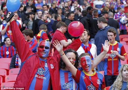CĐV của Crystal Palace cũng màu mè không kém