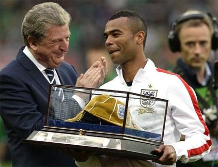 Cole xứng đáng đeo băng đội trưởng tuyển Anh?