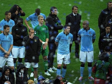 Mancini cũng khốn khổ vì lực lượng của Man City tuyến thừa, tuyến thiếu
