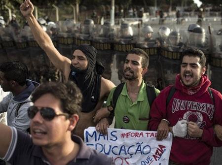 Người biểu tình cũng ngày một đông thêm