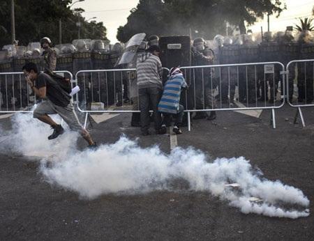 Hộp hơi cay, đạn cao su là vũ khi của cảnh sánh trấn áp người biểu tình