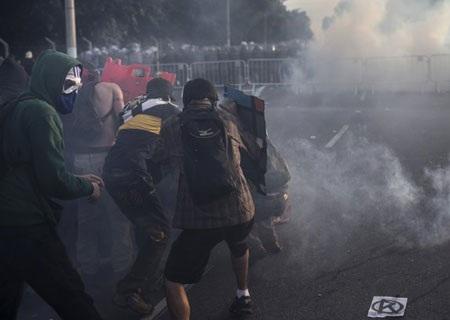 Xung đột giữa người biểu tình quá khích và cảnh sát
