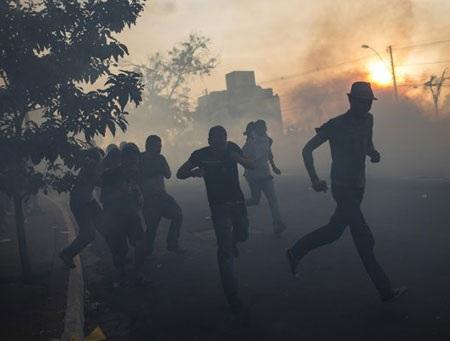 Người biểu tình chạy toán loạn khi bị cảnh sát trấn áp